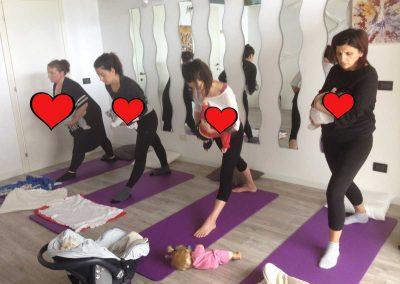 Yoga post parto con bebè