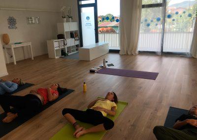 Interno durante una lezione di yoga